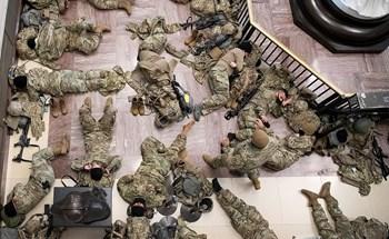 Hàng trăm vệ binh ngủ trên sàn nhà quốc hội Mỹ