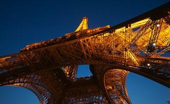 Vụ lừa đảo bán sắt vụn ít du khách biết về tháp Eiffel