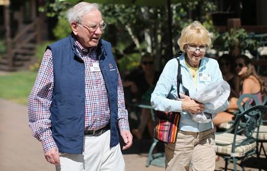 """Cuộc hôn nhân và người vợ """"kỳ lạ"""" của tỷ phú nổi tiếng Warren Buffett"""