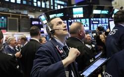Phố Wall chìm trong sắc đỏ khi Fed dự định nâng lãi suất, Dow Jones có lúc mất gần 400 điểm