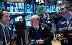 Phố Wall hứng khởi trở lại, Dow Jones bật tăng hơn 400 điểm và chạm mức cao kỷ lục