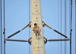Hà Nội: Thanh niên trèo lên đường điện cao thế, cố thủ ở độ cao hơn 20m