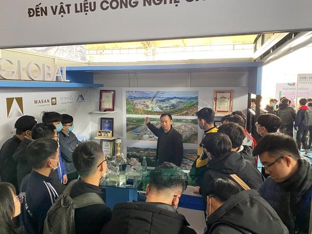 Khách tham quan tại khu vực gian hàng của Masan High-Tech Materials