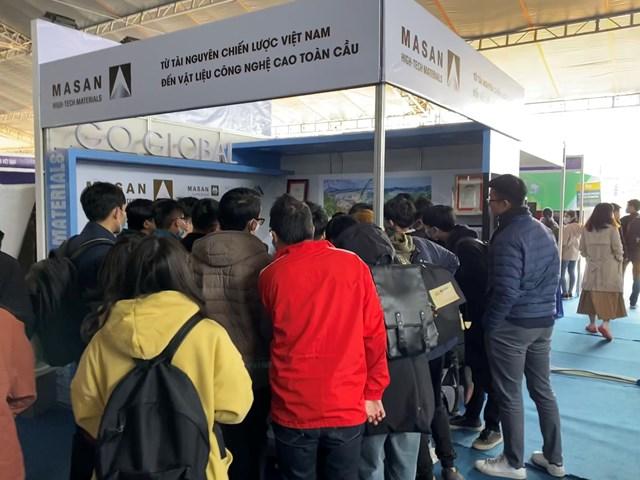 Khách tham quan tại khu vực gian hàng của Masan High-Tech Materials.2