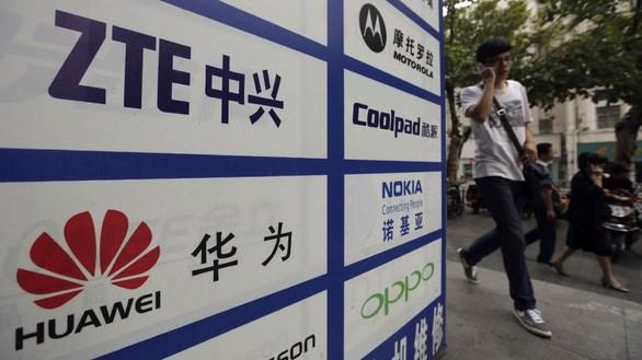Tên các công ty ZTE và Huawei trên một tấm biển chỉ dẫn - Ảnh (minh họa): REUTERS