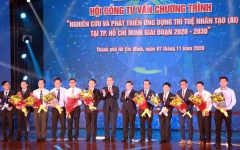 Ông Nguyễn Thiện Nhân - ủy viên Bộ Chính trị và ông Nguyễn Thành Phong - chủ tịch UBND TP.HCM - tặng hoa cho các thành viên trong hội đồng tư vấn - Ảnh: TRỌNG NHÂN